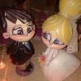 En algunas bodas, aparte del que hay en la tarta y el novio, hay más muñecos: son ninots como los de falla, pero representando a los recién casados. Un regalo muy fallero de artistas invitados al evento.