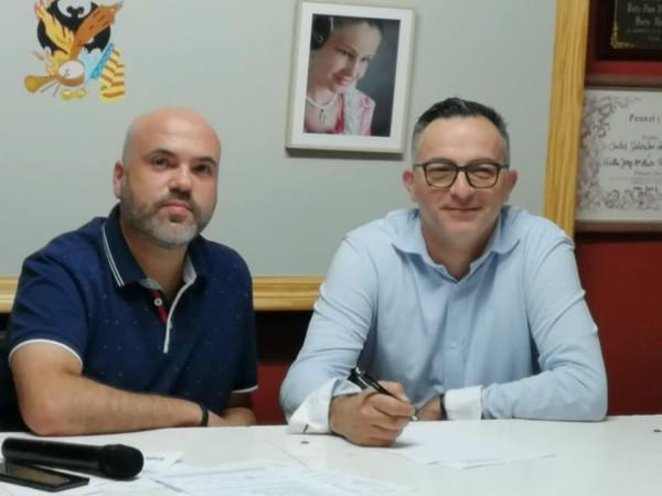 Sergio Carrero firmando con el presidente de la Falla José Mª Haro, Jesús Caballer