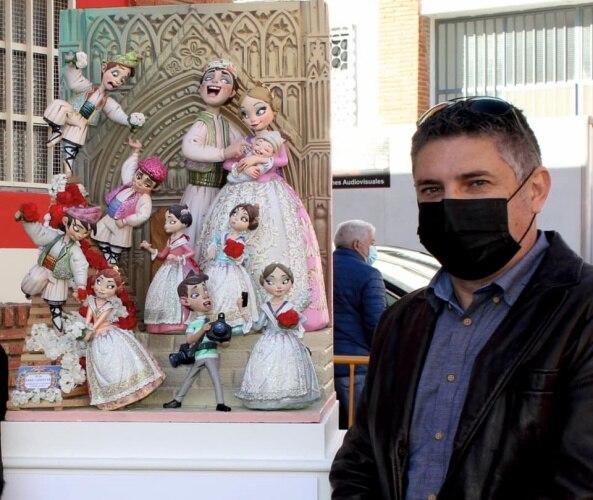 Enric Ginestar con el ninot indultat infantil de València de 2020